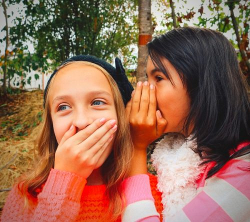 Le secret d'une vie heureuse - image de deux jeunes filles souriantes
