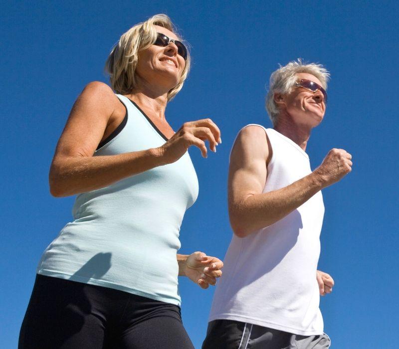 Deux-personnes-de-50-ans-marchant-avec-le-sourire
